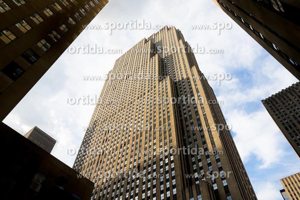 THEMENBILD - Das Rockefeller Center ist ein Gebaeudekomplex aus 19 Geschäftsgebäuden zwischen der 48th und der 51st Street in New York City. Beauftragt von der Rockefeller Familie steht es in Midtown Manhattan und nimmt das Gebiet zwischen Fifth Avenue und Sixth Avenue ein, im Bild ist die Sued-Ost Seite des 30 Rockefeller Center, Aufgenommen am 08. August 2016 // Rockefeller Center is a complex of 19 commercial buildings between 48th and 51st Streets in New York City. Commissioned by the Rockefeller family, it is located in the center of Midtown Manhattan, spanning the area between Fifth Avenue and Sixth Avenue. This picture shows the south east side of the 30 Rockefeller Center, New York City, United States on 2016/08/08. EXPA Pictures © 2016, PhotoCredit: EXPA/ Sebastian Pucher