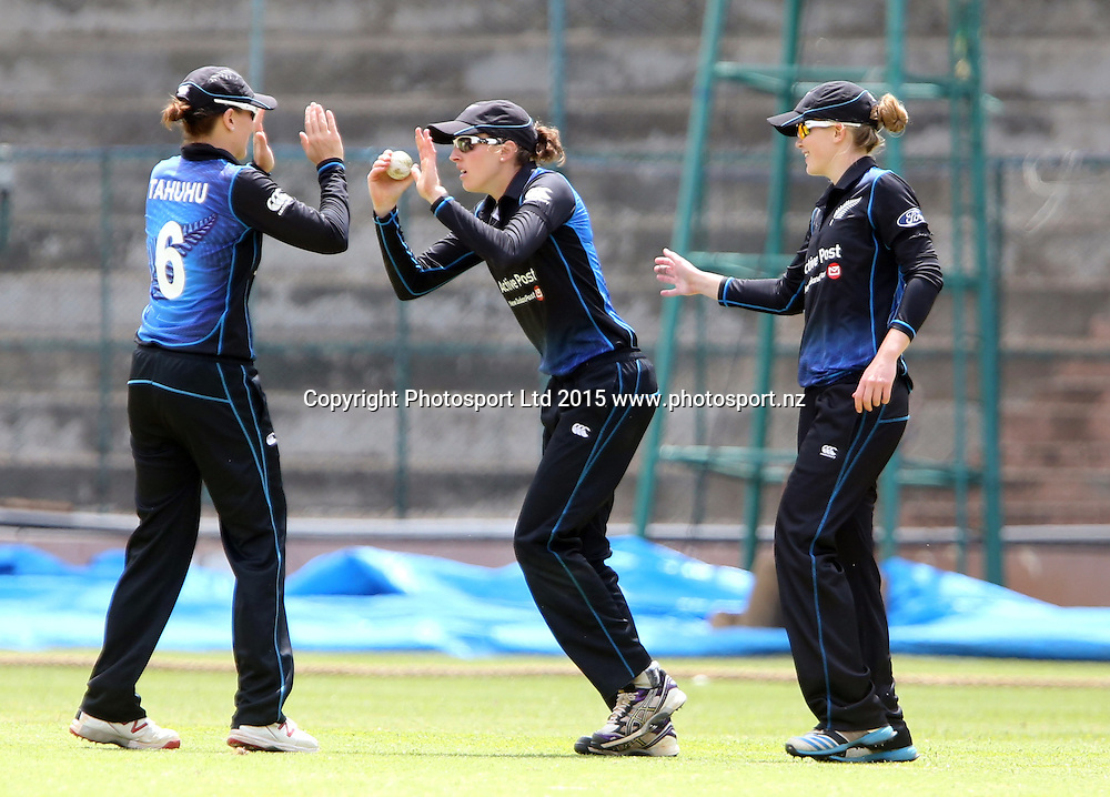 Lea Tahuhu of New Zealand celebrates with Amy Satterthwaite and Maddy Green.<br />