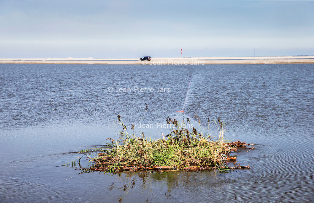 Nederland, Lelystad, 24 september 2016.<br /> Op zaterdag 24 september 2016 zet staatssecretaris Martijn van Dam van Economische Zaken (natuur) als eerste voet op de Marker Wadden. Natuurmonumenten legt samen met Rijkswaterstaat en Boskalis de komende jaren een archipel aan eilanden aan, die de natuur in het Markermeer een enorme impuls gaat geven. De staatssecretaris brengt samen met natuur- en watersportliefhebbers een bezoek aan het eerste eiland van dit innovatieve en grootschalige natuurproject. Dit eerste eiland omvat circa 250 hectare. De eerste fase van Marker Wadden omvat in totaal zo'n 800 hectare, boven- en onderwaternatuur, en moet klaar zijn in 2020.<br /> Op de foto: Staatssecretaris Martijn van Dam duwt symbolisch een vruchtbaar eilandje vanuit de eerste Marker eiland het water in.<br /> <br /> Netherlands, Lelystad, September 24, 2016<br /> On Saturday, September 24th 2016 Martijn van Dam, secretary of Economic Affairs (nature) first sets foot on the Marker Wadden. Natuurmonumenten lays together with Rijkswaterstaat and Boskalis (Royal Boskalis Westminster N.V. is a leading global services provider operating in the dredging, maritime infrastructure and maritime services sectors) an archipelago of islands in the coming years that will give nature in the Markermeer a huge boost.<br /> Natuurmonumenten (Dutch Society for Nature Conservation) is going to restore one of the largest freshwater lakes in western Europe by constructing islands, marshes and mud flats from the sediments that have accumulated in the lake in recent decades. These 'Marker Wadden' will form a unique ecosystem that will boost biodiversity in the Netherlands. (source: www.natuurmonumenten.nl)<br /> The Secretary reunites with nature and water sports enthusiasts visiting the first island of this innovative and large-scale conservation project. This first island comprises approximately 250 hectares. The first phase of Marker Wadden comprises a total of 800 hectares, above and underwater nature, and should be ready in 2020.<br /> I