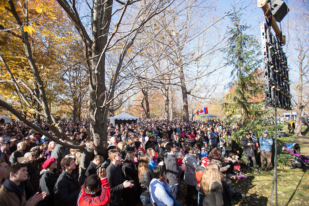 Thousands of people watch on big screens outside Rideau Hall as Prime Minister Justin Trudeau is sworn in as Canada's 23rd Prime Minister in Ottawa, Ontario, November 4, 2015.<br /> AFP PHOTO/ GEOFF ROBINS