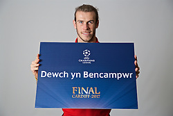 "CARDIFF, WALES - Monday, November 7, 2016: Wales' Gareth Bale holds up a board ""Dewch yn Bencampwr"" to encourage people to become volunteers for the 2017 UEFA Champions League Final in Cardiff. (Pic by David Rawcliffe/Propaganda)"