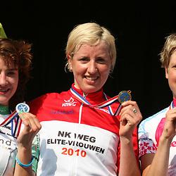 Sportfoto archief 2006-2010<br /> 2010<br /> Loes Gunnewijk wordt in Beek Nederlands Kampioen bij de vrouwen voor Marianne Vos en Irene van den Broek