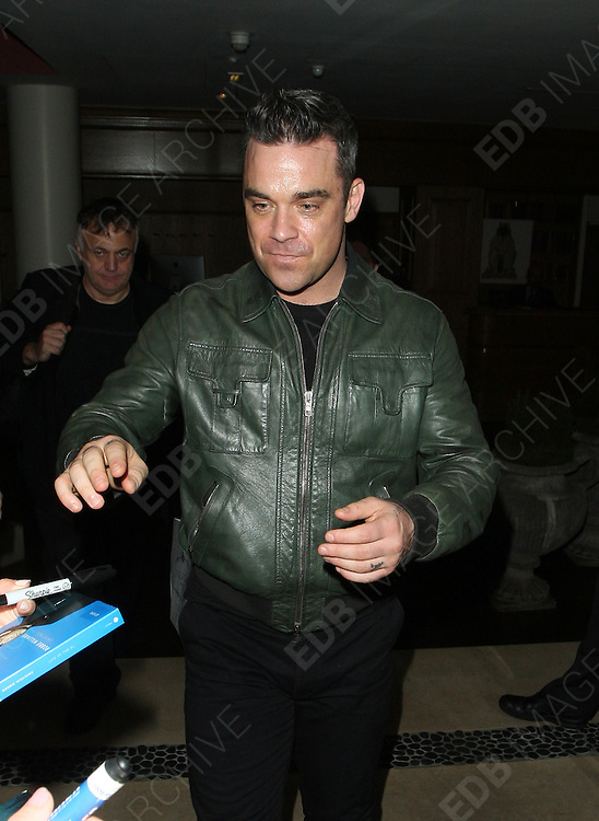 26.NOVEMBER.2012. LONDON<br /> <br /> ROBBIE WILLIAMS LEAVING THE SOHO HOTEL, LONDON<br /> <br /> BYLINE: EDBIMAGEARCHIVE.CO.UK<br /> <br /> *THIS IMAGE IS STRICTLY FOR UK NEWSPAPERS AND MAGAZINES ONLY*<br /> *FOR WORLD WIDE SALES AND WEB USE PLEASE CONTACT EDBIMAGEARCHIVE - 0208 954 5968*
