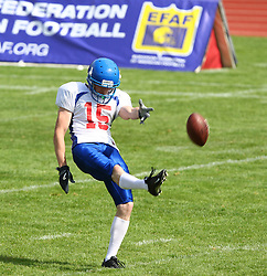 27.07.2010, Wetzlar Stadion, Wetzlar, GER, Football EM 2010, Team France vs Team Great Britain, im Bild Punt durch Ian Jacquet, (Team Great Britain, WR, #15), EFAF Logo im Hintergrund,  EXPA Pictures © 2010, PhotoCredit: EXPA/ T. Haumer