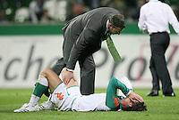 Fussball  UEFA Pokal  Halbfinale  Rueckspiel  Saison 2006/2007 Werder Bremen - Espanyol Barcelona              Klaus ALLOFS troestet Christian SCHULZ (am Boden, beide Bremen)