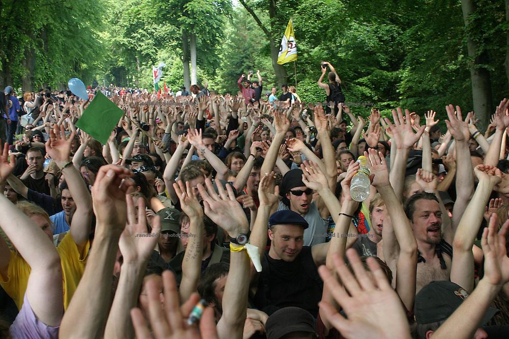 Zum Beginn des G8-Gipfels blockierten bis zu 15.000 Demonstranten die Zufahrtsstraßen zum Tagungsgelände, das mit einem Sicherheitszaun gesichert ist. Gipfelteilnehmer mussten mit Hubschraubern eingeflogen oder mit Schiffen nach Heiligendamm gebracht werden. Approximate 15.000 demonstraters blocked the roads to the conference centre in Heiligendamm