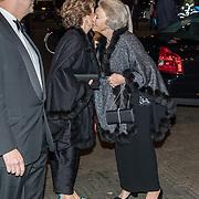 NLD/Amsterdam/20191114 - Prinses Beatrix en Prinses Margriet bij jubileum Dansersfonds, Prinses Beatrix begroet haar zusje prinses Margriet
