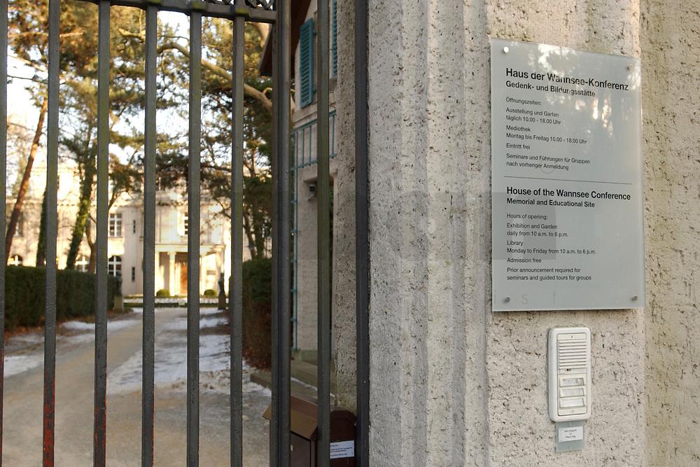 15 JAN 2002, BERLIN/GERMANY:<br /> Schild am Tor zur Gedenk- und Bildungsstaette Haus der Wannsee-Konferenz, Am Grossen Wannsee 56-58, 14109 Berlin<br /> IMAGE: 20020115-01-032<br /> KEYWORDS: Eingang