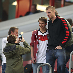 03.09.2014, Esprit-Arena, Duesseldorf, GER, FS Vorbereitung, Fussball Testspiel, Deutschland vs Argentinien, im Bild Per Mertesacker (FC Arsenal) auf der Tribuene bei einem Selphy mit einem Fan // during a international football frindly match between Germany and Argentina in preparation for the upcoming EURO 2016 qualifying matches at the Esprit-Arena in Duesseldorf, Germany on 2014/09/03. EXPA Pictures © 2014, PhotoCredit: EXPA/ Eibner-Pressefoto/ Schueler<br /> <br /> *****ATTENTION - OUT of GER*****