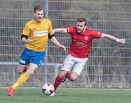 FODBOLD: Marcus Søborg Andersen (Helsinge) prøver at stoppe Chris Lorentzen (Ølstykke FC) under kampen i Serie 1 mellem Helsinge Fodbold og Ølstykke FC den 14. april 2018 på Helsinge Stadion. Foto: Claus Birch.