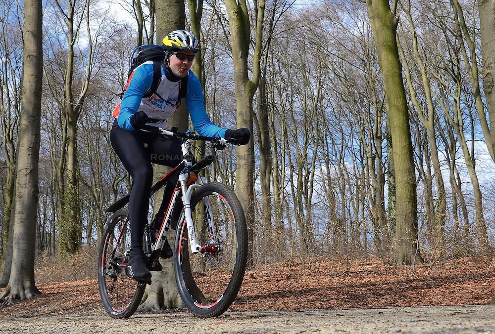 01-04-2013 ALGEMEEN: WE BIKE 2 CHANGE DIABETES: ARNHEM<br /> In de bossen bij Papendal werd de tweede meeting van de BvdGf gehouden met een fotosessie en een stukje biken / Jeroen<br /> &copy;2013-FotoHoogendoorn.nl