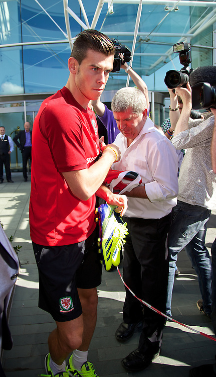 CARDIFF, WALES - Tuesday, September 3, 2013: Wales' Gareth Bale signs autographs as he leaves the team hotel before a training session at the Vale of Glamorgan ahead of the 2014 FIFA World Cup Brazil Qualifying Group A match against Macedonia. (Pic by David Rawcliffe/Propaganda)