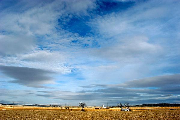 Spanje, Aragon, 11-2-2005..De schier eindeloze leegte van de vallei van de rivier de Ebro in de buurt van Teruel. De regio, streek is arm en leidt aan leegloop. Landschap, vlakte, droogte, klimaat, rust, achtergesteld gebied. Landbouw, lucht, wolkenlucht, klimaatverandering, ..Foto: Flip Franssen/Hollandse Hoogte