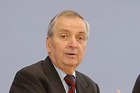 13 MAY 2002, BERLIN/GERMANY:<br /> Klaus Toepfer, Direktor der United Nations Environment Programme (UNEP) und Bundesminister a.D., waehrend einer Pressekonferenz zum Weltgipfel fuer nachhaltige Entwicklung, Bundespressekonferenz<br /> IMAGE: 20020513-02-002<br /> KEYWORDS: Klaus Töpfer