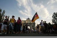 Fussball WM 2006        Deutschland - Schweden Deutsche Fans stroemen auf die Leopoldstrasse in Muenchen.