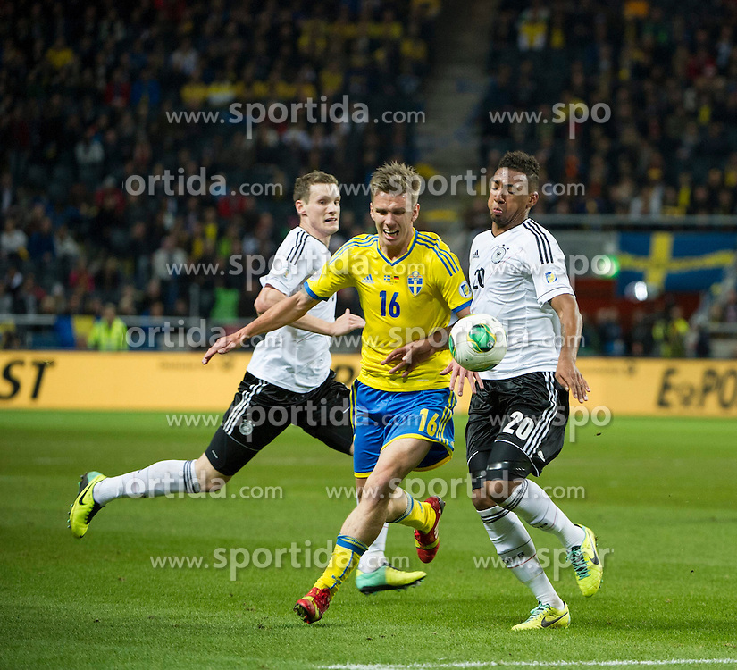 15.10.2013, Friends Arena, Stockholm, SWE, FIFA WM Qualifikation, Schweden vs Deutschland, Gruppe C, im Bild  Sverige 16 Pontus Wernbloom i duell med/ battles for the ball Sverige 16 Pontus Wernbloom i duell med/ battles for the ball Germany 20 J�r�me Jerome Boateng // during the FIFA World Cup Qualifier Group C Match between Sweden and Germany at the Friends Arena, Stockholm, Sweden on 2013/10/15. EXPA Pictures � 2013, PhotoCredit: EXPA/ PicAgency Skycam/ Peter Werner<br /> <br /> ***** ATTENTION - OUT OF SWE *****