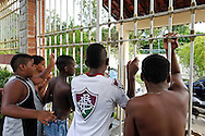 "Institute ""Being a Child"" (Ser Criança) detention center and so-called NGO, in Guaratiba - West Zone of Rio de Janeiro, where crack-addicted minors are sent by the city hall social workers. Kids are picked up in raids in the ""cracolândia"" located at the entry of several favelas of the city. The detention of minors can last from 3 months to over a year. An investigation revealed that this center belongs in fact to a former military policeman and militia member of the region, accused of many burrs and deaths to his credit. The City of Rio de Janeiro has deactived its public reception centers for the benefit of private non-medical personnel for supervision and care, that they pay a lot; in return, votes are expected from the districts under the control of the para-military militia. Beside, making vanish the drug addicts from the streets pleases to the electors from the wealthy districts. Kids are doped of calmants and feed, but no psychiatric help and real treatment is provided. //Institut ""Être Enfant"", centre fermé, ONG spririte à Guaratiba dans la Zone Ouest de Rio de Janeiro, financée par la mairie de Rio qui y envoit une partie des mineurs drogués au crack, ramassés dans les favelas de la ville. La rétention des mineurs peut y durer de 3 mois à plus d'un an. Une enquête a révélé que ce centre appartient en fait à un ancien policier militaire et milicien de la région; accusé de nombreuses bavures et dizianes de décès à son actif. La Mairie de Rio de Janeiro a desactivé ses centres d'accueil publics au profit d'institutions privées sans personnels médicaux pour l'encadrement et le soin."