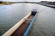 Nederland, Nijmegen, 13-10-2009Een leeg binnenvaartschip met  vaart over de rivier de Waal langs de stad Nijmegen. Foto: Flip Franssen/Hollandse Hoogte
