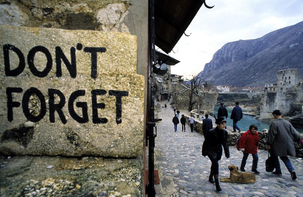 ©  christian  JUNGEBLODT..BALKAN - Ehemaliges Jugoslawien: BOSNIEN.In der Altstadt von MOSTAR, hier im muslimischen.Teil der Stadt erinnert ein Gedenkstein an die Zer-.st?rung der alten Br¸cke (Stari Most) durch die .Kroaten....13.02.1996