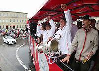 FUSSBALL TRIPELPARTY  SAISON  2012/2013  02.06.2013 Champions Party des FC Bayern Muenchen nach dem Gewinn des DFB Pokal und Triple.  Das Team feiert auf einer Buss-Tour durch die Muenchner Innenstadt, von der Muenchner Freiheit bis zum Marienplatz den historischen Gewinn des CHL Pokal, des Meisterschaft und DFB Pokal  Bastian Schweinsteiger (Mitte) mit CHL Pokal, Franck Ribery (li) mit Meisterschale und Fitnesstrainer Thomas Wilhelmi (re)