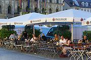 Biergarten am Marktplatz, Rathaus, Weimar, Thüringen, Deutschland   beer garden on market square, guild hall, Weimar, Thuringia, Germany