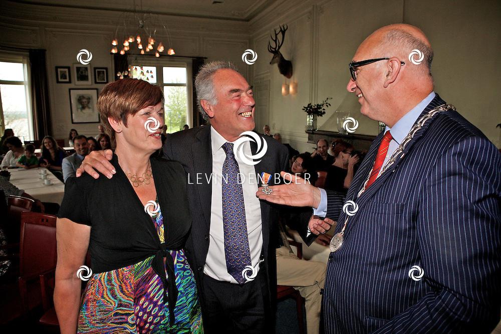 ZALTBOMMEL - De heer Ton Voogt heeft van Burgemeester Albert van den Bosch een lintje mogen ontvangen. FOTO LEVIN DEN BOER - PERSFOTO.NU