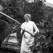 Kobarid - Hiša Franko. Ana Ros con le trote che alleva nel giardino del ristorante