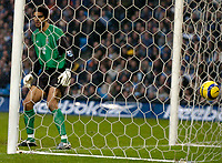 Fotball<br /> England 2004/22005<br /> Foto: SBI/Digitalsport<br /> NORWAY ONLY<br /> <br /> Manchester City v Crystal Palace<br /> Barclays Premiership. 15/01/2005<br /> <br /> Man City keeper David James looks on in disbelief after Darren Powell scores his side's first goal with a header from a corner.