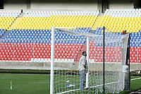 Fussball   International   42. Copa America   Feature           Arbeiter haengen das Tornetz ein, am letzten Tag vor dem Beginn der Copa America 2007.