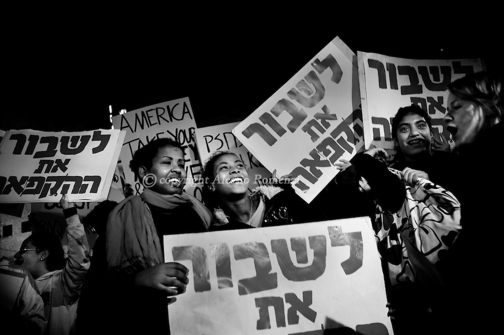 .JERUSALEM, ISRAEL - DECEMBER 09: Right wing Israelis demonstrate in the city centre on December 9, 2009 in Jerusalem, Israel. The protests were held in response to last month's decision by the Israeli government to halt construction of new houses in Jewish settlements in the occupied West Bank. A 10 month moratorium on new building permits for Jewish settlers was welcomed internationally but has been opposed by both Palestinians and Jewish settlers. .© ALESSIO ROMENZI