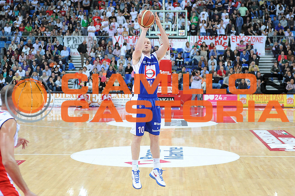 DESCRIZIONE : Pesaro Lega A 2011-12 Scavolini Siviglia Pesaro Bennet Cantu Quarti di Finale Play off gara 3<br /> GIOCATORE : Maarten Leunen<br /> CATEGORIA : tiro <br /> SQUADRA : Bennet Cantu<br /> EVENTO : Campionato Lega A 2011-2012 Quarti di Finale Play off gara 3 <br /> GARA : Scavolini Siviglia Pesaro Bennet Cantu<br /> DATA : 22/05/2012<br /> SPORT : Pallacanestro <br /> AUTORE : Agenzia Ciamillo-Castoria/C.De Massis<br /> Galleria : Lega Basket A 2011-2012  <br /> Fotonotizia : Pesaro Lega A 2011-12 Scavolini Siviglia Pesaro Bennet Cantu Quarti di Finale Play off gara 3<br /> Predefinita :