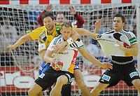Handball EM Herren 2010 Vorrunde Deutschland - Schweden 22.01.2010 Lars Kaufmann (GER Mitte) gegen Tobias Karlsson (lnks); Christoph Theuerkauf (GER rechts)