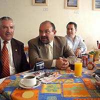 Toluca, Méx.- Abraham Aguila (der.) presidente de Convergencia municipal y Ernesto Rodriguez integrante del consejo civico de Toluca, dijeron en conferencia que pediran a los diputados del PAN, envien un exhorto al secretario de finanzas del estado, Luis Miranda para que se abstenga de utilizar los recursos del gobierno en actos proselitistas en favor del PRI . Agencia MVT / Hernan Vázquez E. (DIGITAL)<br /><br />NO ARCHIVAR - NO ARCHIVE