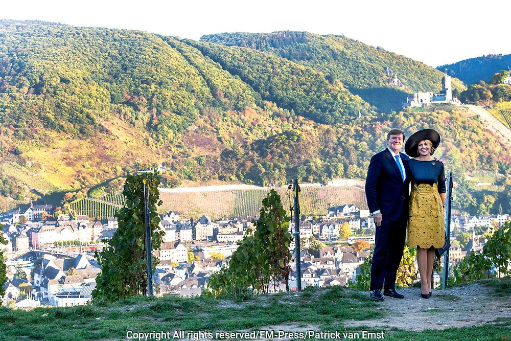Zijne Majesteit Koning Willem-Alexander en Hare Majesteit Koningin Máxima brengen een werkbezoek aan de Duitse deelstaten Rijnland-Palts en Saarland.<br /> <br /> His Majesty King Willem-Alexander and Her Majesty Queen Máxima paid a working visit to the German federal states of Rhineland-Palatinate and Saarland.<br /> <br /> op de foto / On the Photo:    Fotomoment met Koninklijk Paar in het wijngebied Rijnland-Palts // Photo opportunity with Royal Couple in the Rhineland-Palatinate wine region