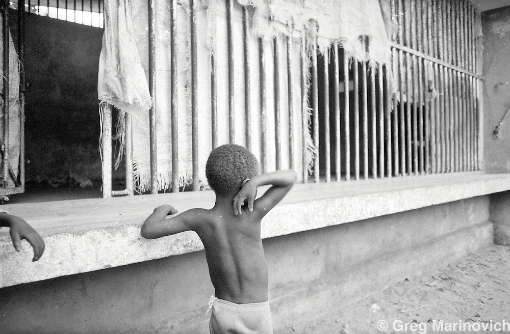 1994 Oct Mozambique before its first post-war elections 1994. Displaced people living in Beira Zoo.  Greg Marinovich.