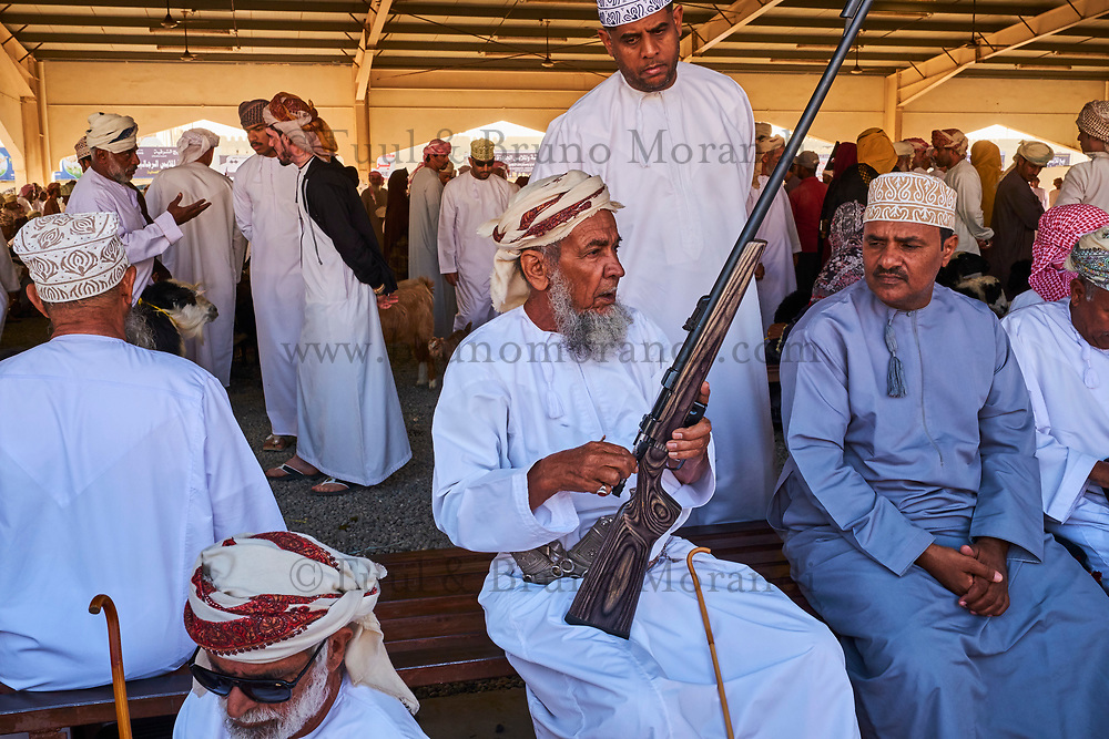 Sultanat d'Oman, gouvernorat de Ash Sharqiyah, Sinaw, jour de marché, le marché aux armes, vente de khandjars, poignards omanais  // Sultanate of Oman, Al Sharqiya Region, Sinaw, arms market
