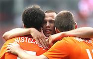 29-05-2008: Voetbal: Nederland-Denemarken: Eindhoven <br /> Heitinga feliciteert Ruud van Nistelrooy met zijn doelpunt<br /> Foto: Geert van Erven