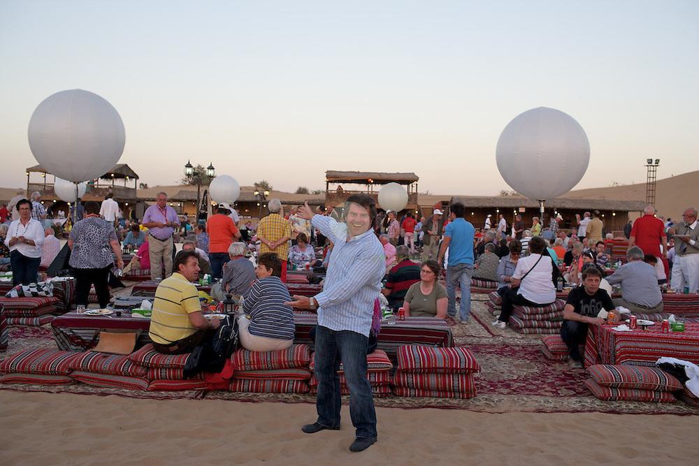 Andy Borg im Wuestencamp bei Dubai, kurz vor Beginn des Musikantenstadl-Konzertabends.