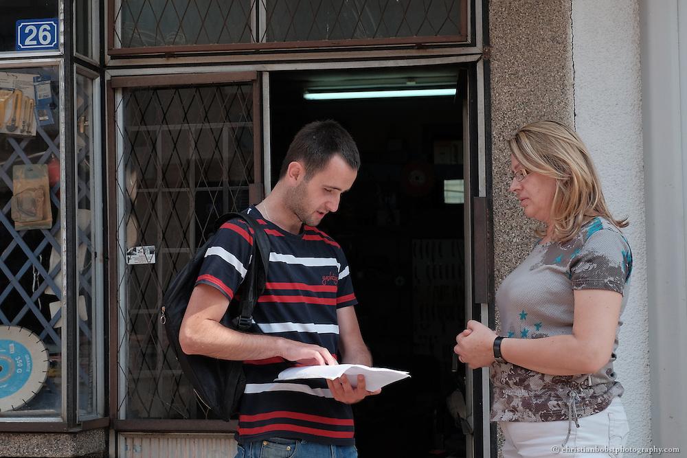 """Arlind Gashi, wohnt und arbeitet in Peja, hat Ausbildung bei """"Praktik"""" gemacht, das von Helvetas unterstützt wird. In diesem Bild auf Arbeitsvisite bei einer Kundin der Internet-Firma Kutseja, wo Arlind dank seiner Weiterbildung einen festen Job gefunden hat."""