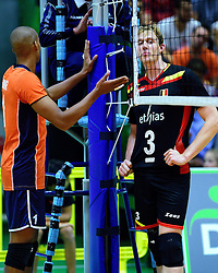 05-09-2015 NED: Volleybal vriendschappelijk Nederland - Belgie, Utrecht<br /> Nederland verliest kansloos met 3-0 van Belgie / Aanvoerders Nimir Abdelaziz #1, Sam Deroo #3 op het matje bij de scheidsrechter