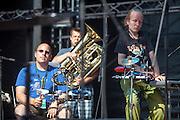 """""""The Tap Tap"""" während dem Auftritt beim Festival """"Colors of Ostrava 2013"""" (von links Vít Feller, Jiří Genrt, Petr Burda). """"The Tap Tap"""" ist eine bekannte und sehr erfolgreiche tschechische Formation mit überwiegend behinderten und auch nicht behinderten Musikern, gegründet 1998 von dem Sozialpädagogen Simon Ornest."""