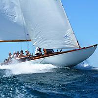 Après une première course très musclée, contraignant certains à rester au port, les 21 voiliers de tradition de la 9ème édition de la Calanques Classique sont arrivés à Bandol en fin d'après-midi ce vendredi 19 mai 2017, Tous étaient néanmoins enthousiastes à l'idée de se lancer dans les 25 noeuds établis et la mer déjà formée en rade de Marseille. A l'arrivée, un peu de casse, mais surtout beaucoup de plaisir ,