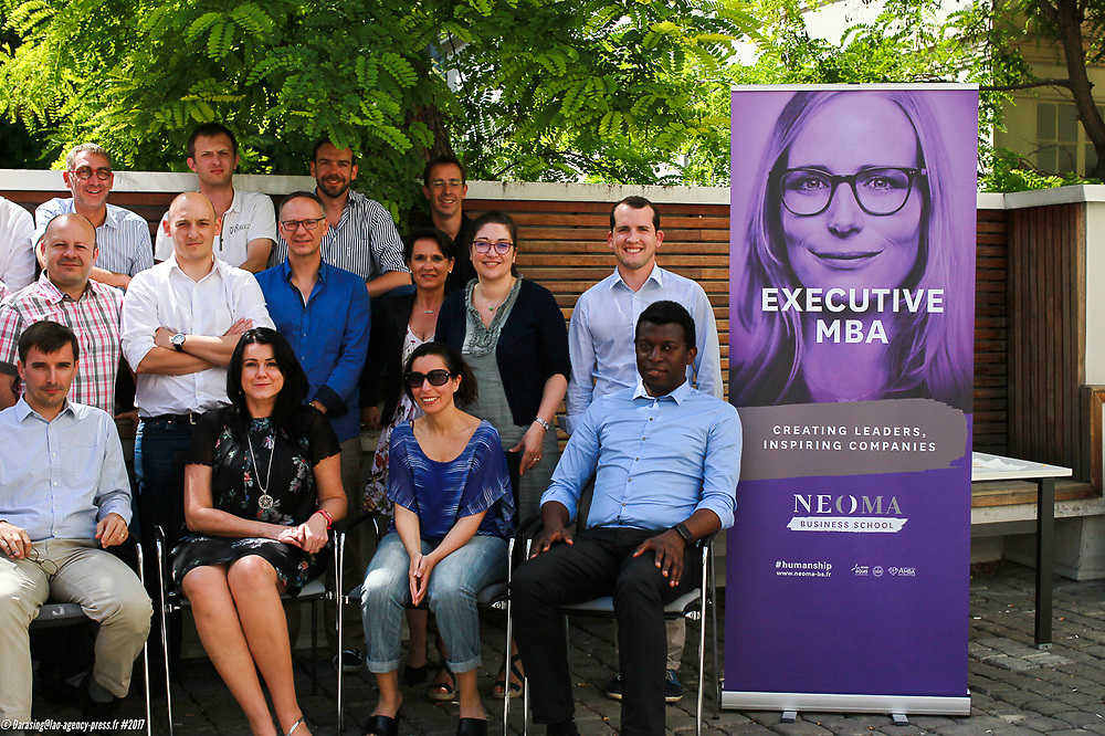 23ième Promo d'Executive MBA - NEOMA Intervenant - au centre assis - Charles Fouché Phd