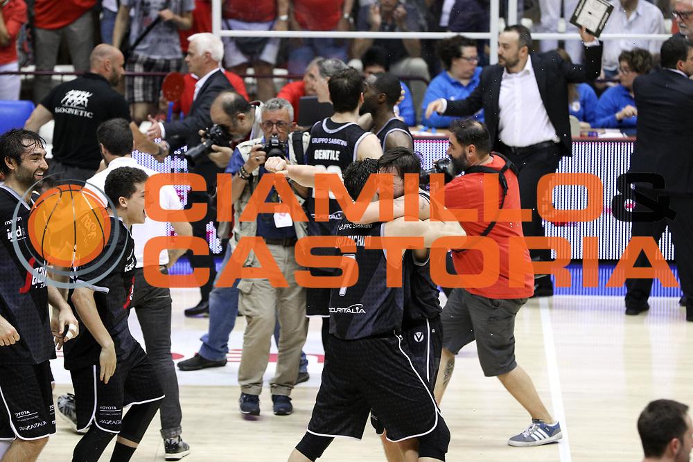 Esultanza vittoria finale Virtus, ALMA TRIESTE vs VIRTUS BOLOGNA LNP playoff Finale gara 3, pala Trieste, Trieste 19 giugno 2017