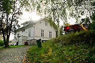 Vandaag mocht de pers voor het eerst weer op het eiland Utoya in Noorwegen bij Oslo, na de slachtpartij op 22-07-2011 waarbij 77 slachtoffers vielen. Wanneer men zelf op het eiland rondloopt ontdekt men dat de slachtoffers geen kant op konden. In het witte informatiehuis vielen de eerste slachtoffers van de slachtpartij<br /> Foto: Geert van Erven