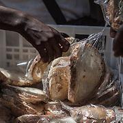 Quasi 800 profughi di cui più di 100 bambini vengono ospitati nella struttura di accoglienza Baobab di Via Cupa a Roma. La struttura può accogliere circa 220 migranti. Semplici cittadini e il gruppo SEL hanno raccolto generi alimentari da distribuire agli all'interno della struttura. Qui la distribuzione del pane.