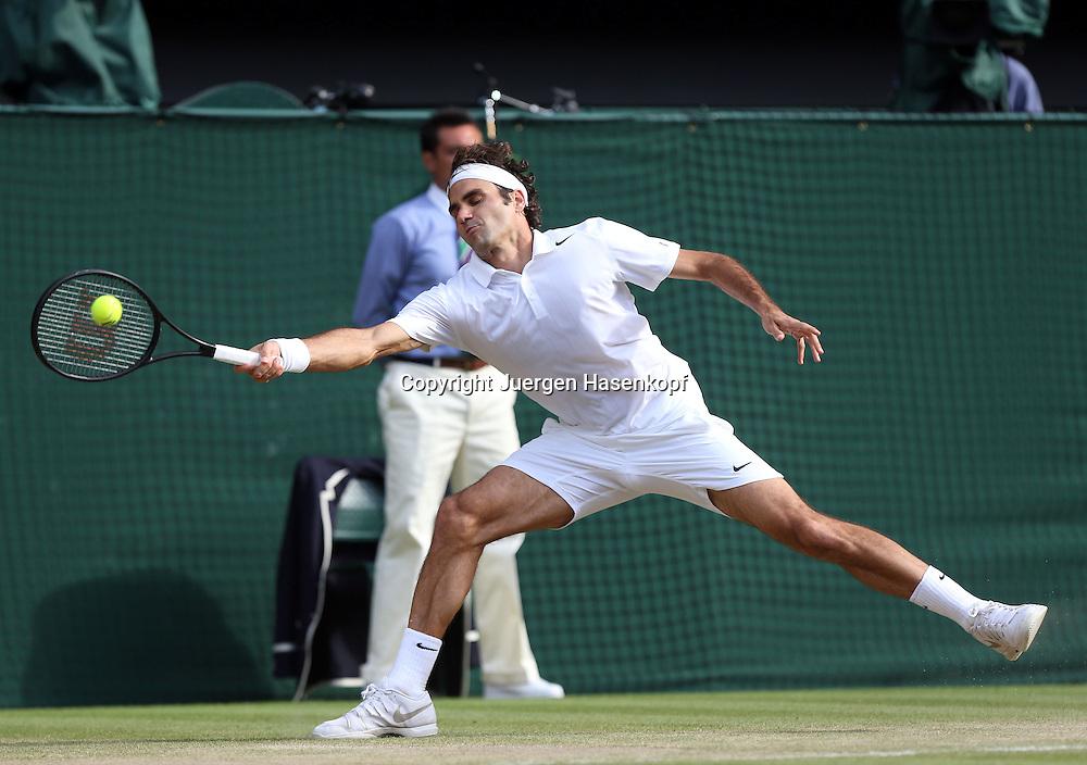 Wimbledon Championships 2014, AELTC,London,<br /> ITF Grand Slam Tennis Tournament,<br /> Roger Federer (SUI),<br /> Aktion,Einzelbild,Ganzkoerper,Querformat,