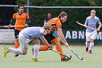 EINDHOVEN - hockey - Bob de Voogd van OZ passeert Mats de Groot van Bl'daal   tijdens de hoofdklasse hockeywedstrijd tussen de mannen van Oranje-Zwart en Bloemendaal (3-3). COPYRIGHT KOEN SUYK