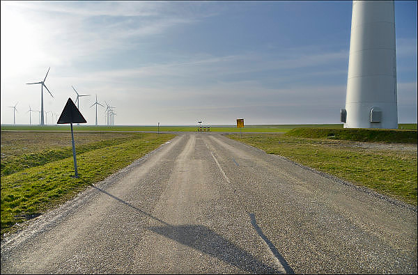 Nederland, Eemshaven, 15-4-2015Windmolens in het havengebied. Naast een windmolenpark is hier ook industrie gerelateerd aan windenergie. er is nog veel ruimte over.leeg; lege; ruimte; industrieterrein; industriepark; bedrijventerrein; bedrijfsterrein; grond; grondprijs; vestigingsklimaat; vestigen; hoogwaardige; industrieFOTO: FLIP FRANSSEN/ HOLLANDSE HOOGTE