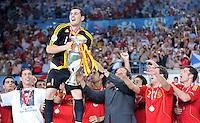 FUSSBALL EUROPAMEISTERSCHAFT 2008  Deutschland 0-1  Spanien    29.06.2008 JUBEL ESP, Kapitaen Iker Casillas bekommt den EURO Pokal, Coupe Henri Delaunay  von UEFA Praesidenten Michel Platini (re) ueberreicht